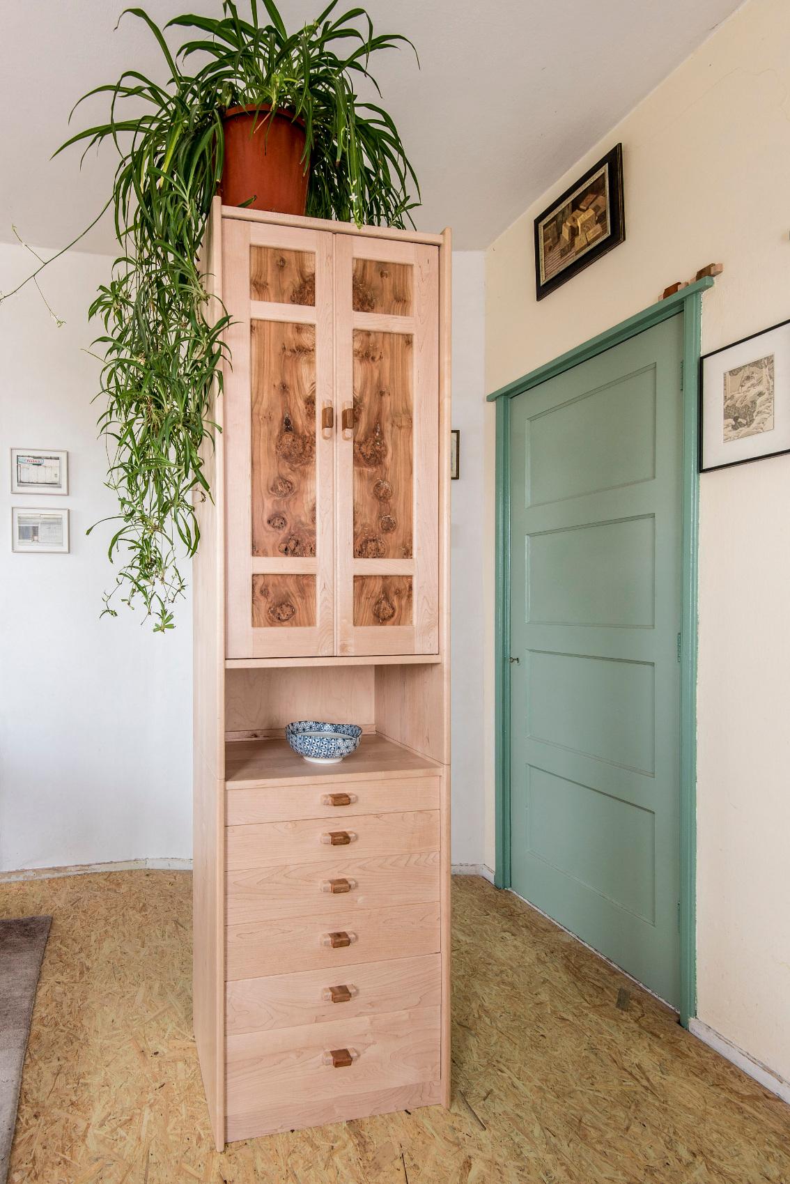 Hoge kast met paneeldeuren   Hanneke Everts meubels