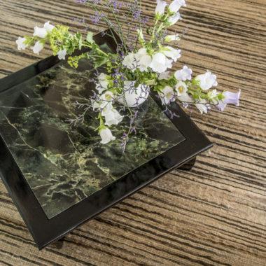 laag salontafeltje met gemarmerd blad